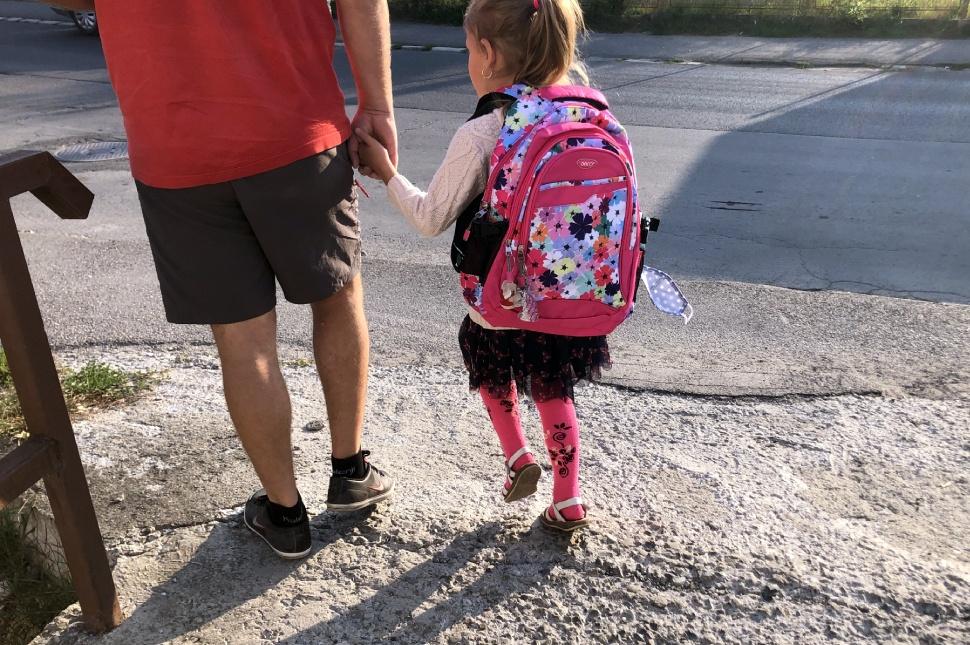Maszkot kezében vivő kislány a Palló Imre Művészeti Szakközépiskolánál