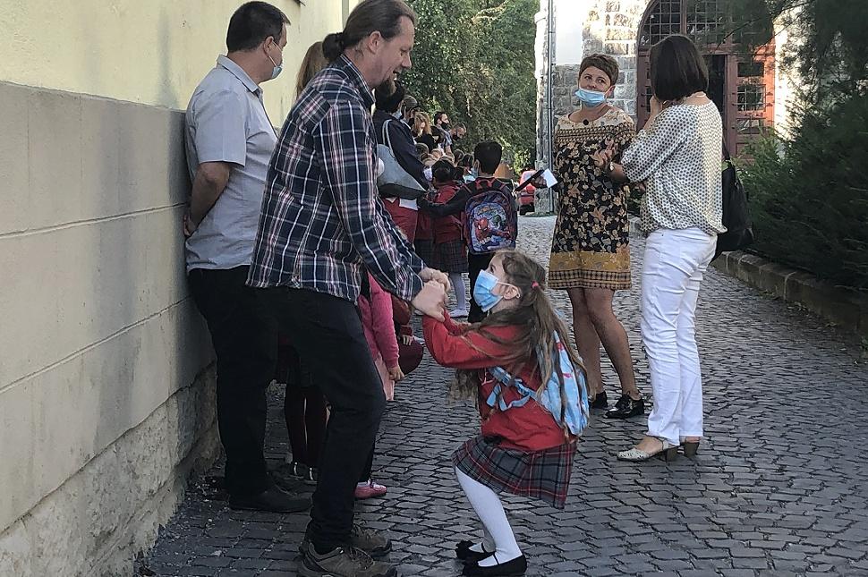 Apuka játszik kislányával a 2020-as tanévkezdésen, a Benedek Elek Pedagógiai Líceumnál