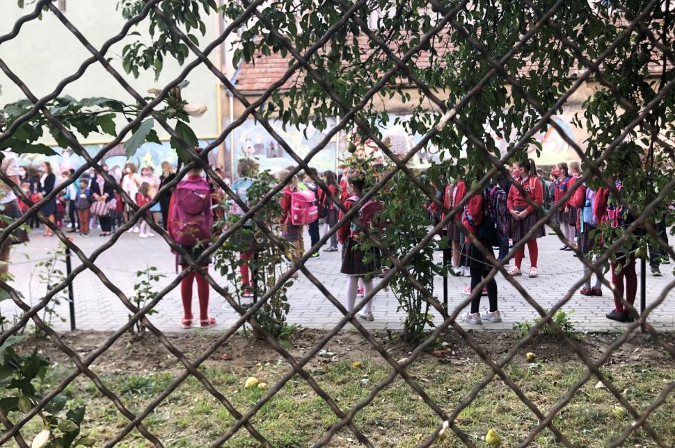 Iskolás gyerekek a Benedek Elek Pedagógiai Líceum udvarán